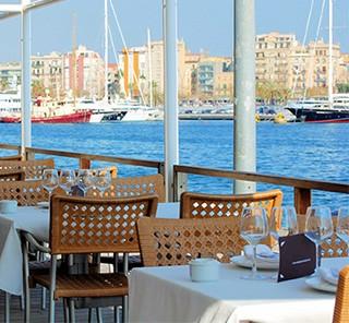 Restaurant sur le quai du port de Barcelone, Port Well, Espagne